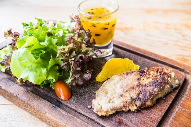 Стейк из фуа-гра с овощами и сладким соусом
