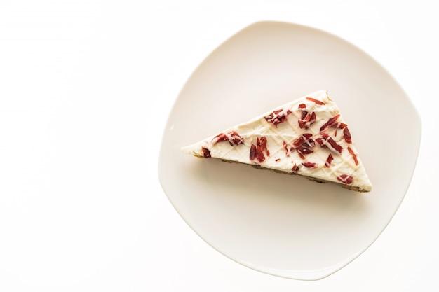 クランベリーパイまたは白いプレートのケーキ