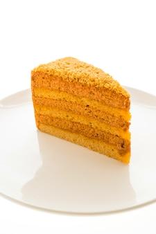 Тайский чайный торт в белой тарелке