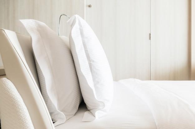 ベッドの上に白い枕