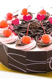 上にチェリーとチョコレートケーキ
