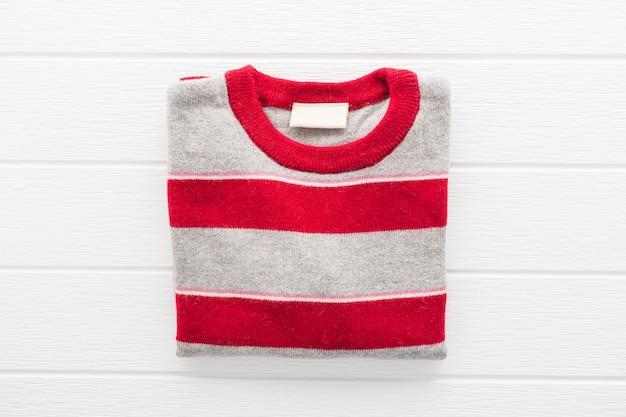 ウールセーターのシャツと服