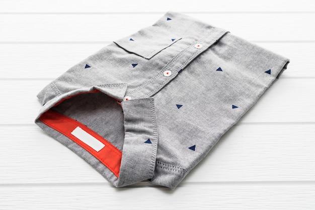 グレーのシャツ