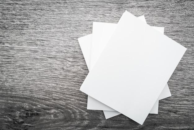 空白の白い本をモックアップ