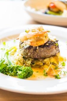 牛肉のグリル、エビまたはエビのステーキ