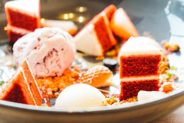 赤いビロードのケーキデザートとアイスクリーム