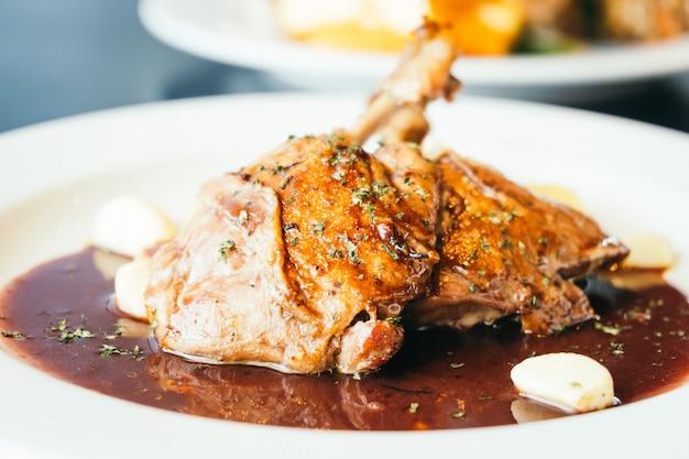 白いプレートの鴨の胸肉ステーキ