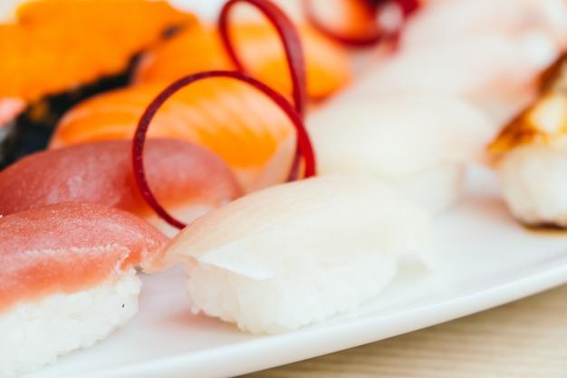 生と新鮮なにぎり寿司
