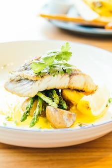 バラマンディまたはバサ魚や肉のステーキ