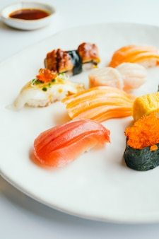 Сырые и свежие суши нигири в белой тарелке