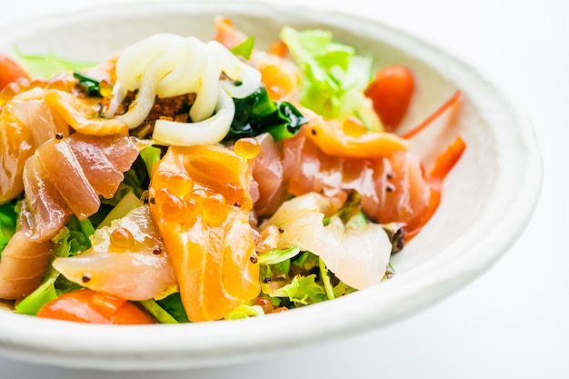 サーモンのマグロと他の魚のミックスシーフードサラダ