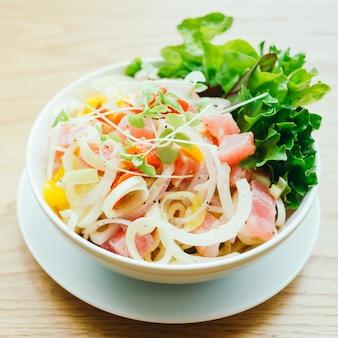 生と新鮮なマグロの野菜サラダ