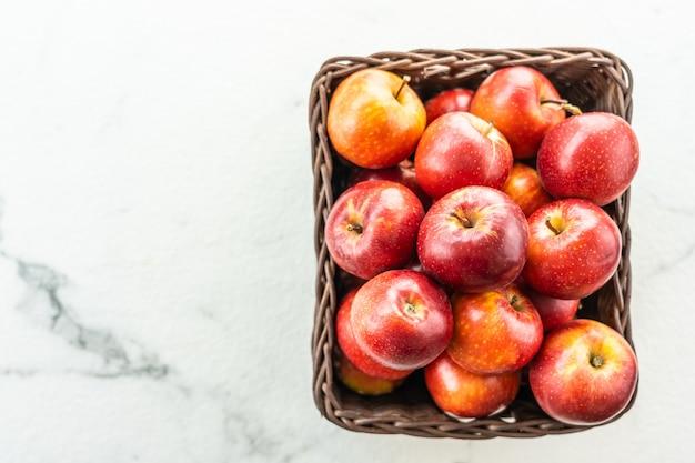 赤いリンゴのバスケット