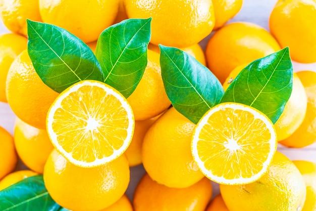 新鮮なオレンジフルーツのテーブル