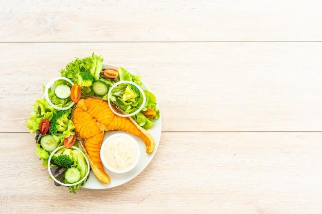 新鮮な野菜のグリルサーモンミートステーキ