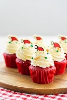 カップケーキの赤いベルベットと甘いデザート