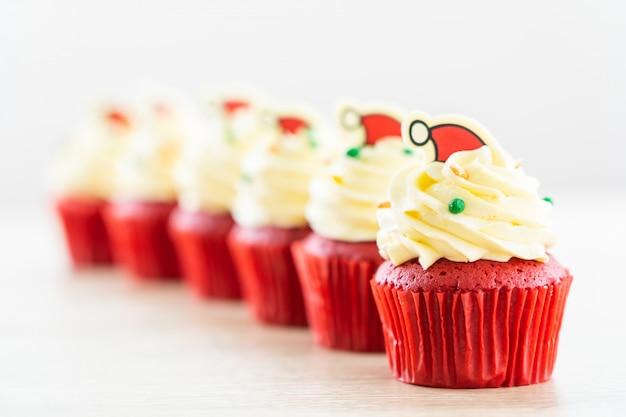 Сладкий десерт с капкейком красного бархата