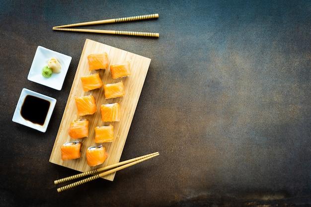 サーモンフィッシュ肉巻き寿司巻きマキ、木の板