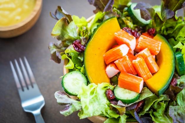 カニは新鮮野菜のサラダと肉をスティック