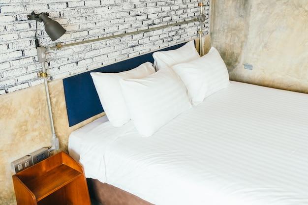Белая подушка на кровать