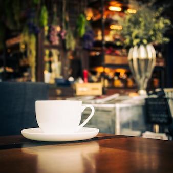 テーブルの上の白いカップでホットラテコーヒー