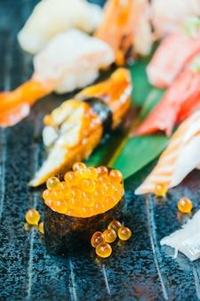 生と新鮮なサーモンのマグロエビと他の寿司