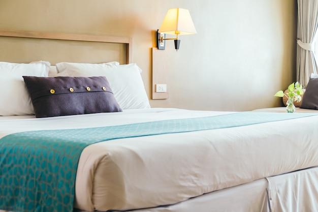 ベッドの上の快適な枕
