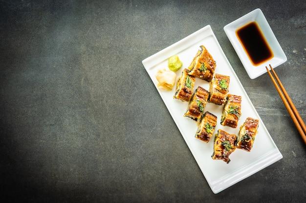 Жареный угорь на гриле или унаги суши маки ролл со сладким соусом