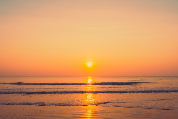 Прекрасный рассвет на пляже