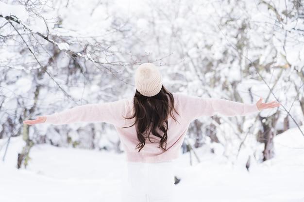 肖像画若い美しいアジアの女性は幸せな旅行を笑顔し、雪の冬の季節を楽しみ