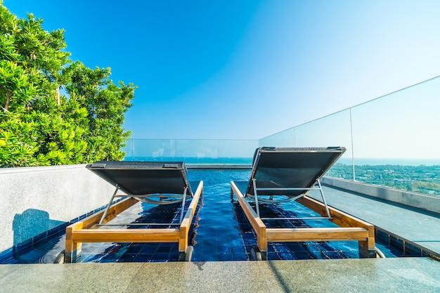 ホテルのプール周辺の椅子とベッド