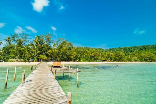 木製の桟橋または熱帯のビーチと橋