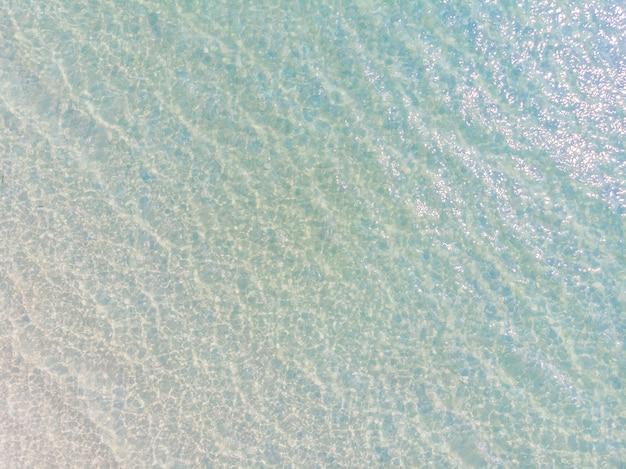 太陽の光と海と海の水の反射の航空写真