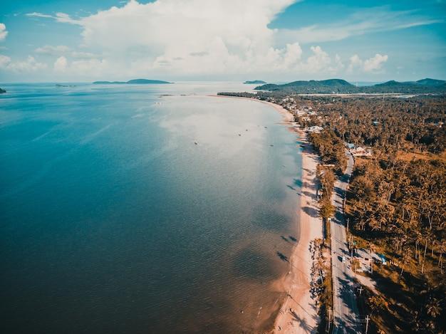 Красивый вид с воздуха на пляж и море