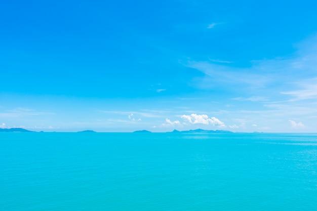 美しい海と青い空に雲と海