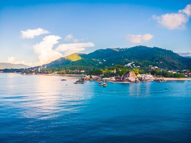 Красивый вид с воздуха на пляж и море или океан
