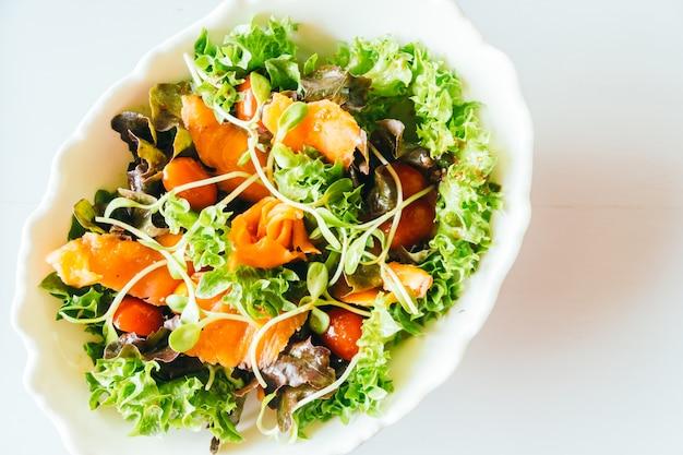 Копченый лосось с овощным салатом