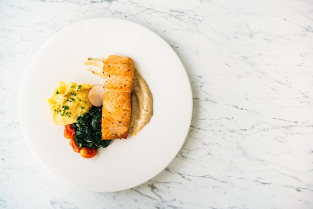 Стейк из филе лосося на гриле с овощами и соусом