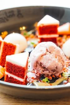 赤いビロードのケーキのデザートとアイスクリーム