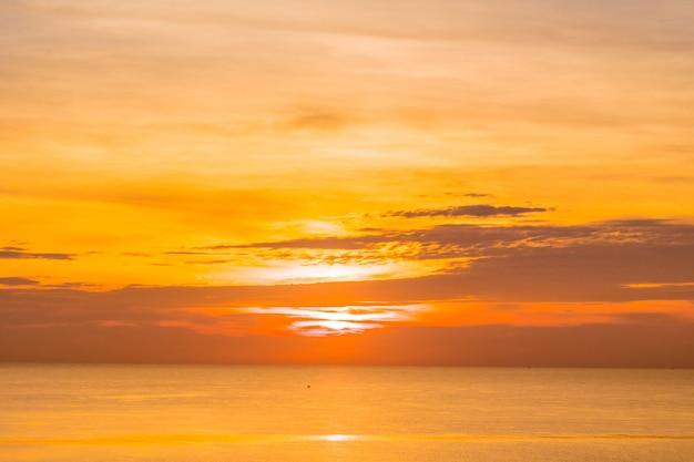日の出と海