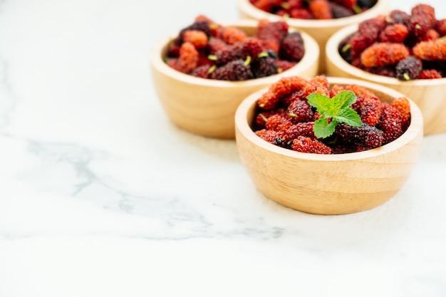 Плоды черной шелковицы в миске