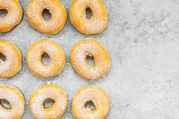 ドーナツの多い甘いデザート