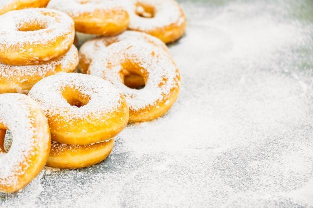 Сладкий десерт с большим количеством пончиков