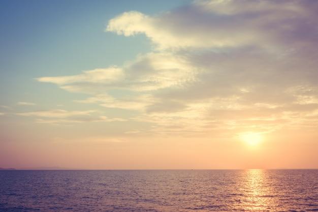 ビーチと海に沈む夕日