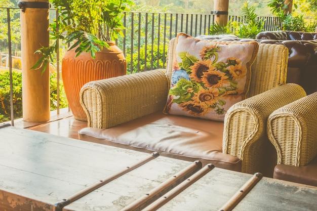 Украшение дивана в интерьере гостиной
