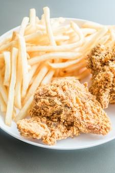 Картофель фри и жареная курица