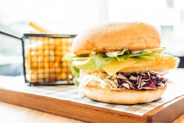 フライドポテトと魚のハンバーガー