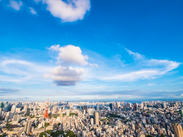 Красивая архитектура и здание вокруг города токио с башней токио в японии