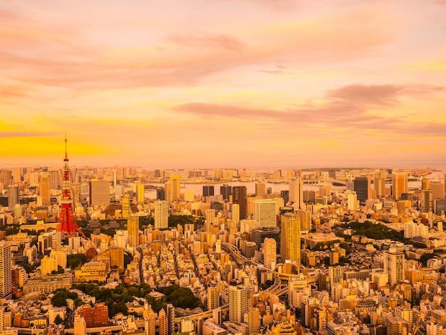 夕暮れ時の東京シティ周辺の建築と建物の美しい空撮