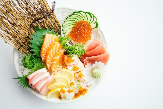 Сырые и свежие смешанные сашими с лососем, тунцом, хамаджи и др.